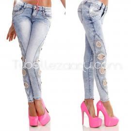 Jeans push up con agujeros en los lados