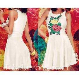 Vestido blanco vuelo con estampado de rosas